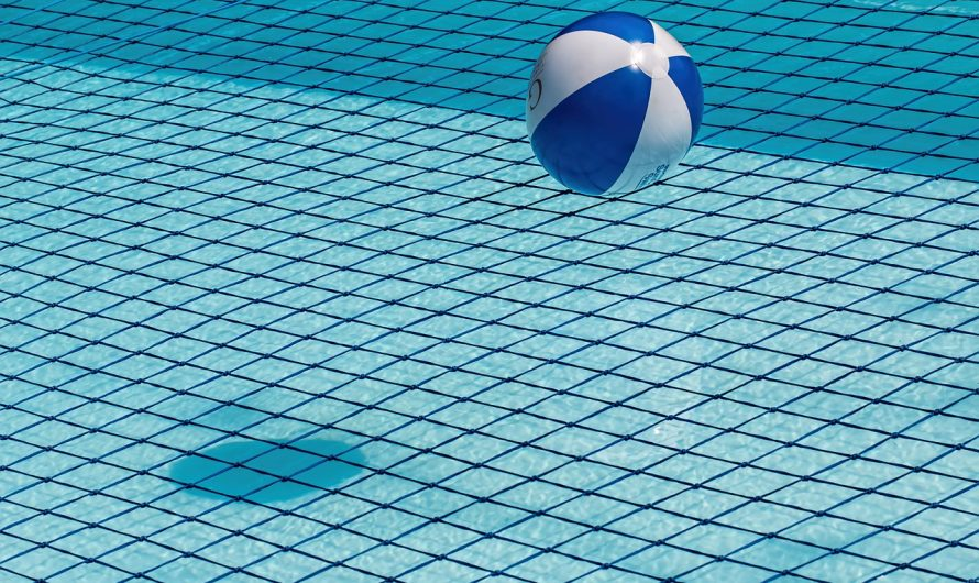 Limpiar el fondo de una piscina muy sucio, de la manera más adecuada